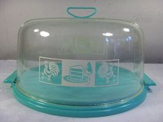 Lovely Vintage Lustro Ware Cake Carrier ~ nice to have a clear lid. Vintage Kitchenware, Vintage Kitchen Decor, Vintage Dishes, Cake Stand With Dome, Cake Stands, Retro Kitchen Accessories, Pie Carrier, Garage Sale Finds, Cake Cover