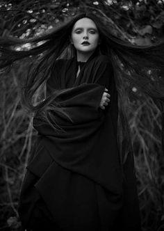 Her hair looks alive! d-i-a-b-o-l-i-q-u-e-s #dark