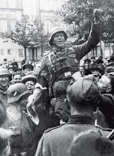 Wehrmacht soldiers being welcomed by the citizens of Tallinn, Estonia German Soldiers Ww2, German Army, Cross Of Iron, Ww1 Photos, Military History, Armed Forces, World War Two, Wwii, Germany