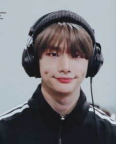 Hyunjin loves his dimples Lee Min Ho, Sung Lee, Felix Stray Kids, Idole, Kid Memes, Fandom, Lee Know, Meme Faces, Jooheon