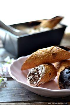 Gelato al caffè con cannoli glassati al cioccolato fondente http://www.zagaraecedro.ifood.it/2017/07/spaghetti-con-cozzepachino-e-capperi-con-pangrattato-al-pistacchio.html