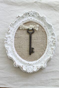 Key on burlap in frame Burlap Projects, Burlap Crafts, Diy And Crafts, Shabby Chic Crafts, Shabby Chic Decor, Manualidades Shabby Chic, Old Keys, Keys Art, Frame Crafts