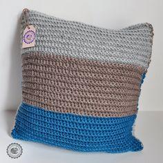 Copricuscino moderno all'uncinetto  con fasce colorate in morbida lana. Varie dimensioni, personalizzabile e su ordinazione