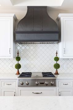 Nothing satisfies like symmetry. This custom-designed Bella range hood keeps the modern look in balance and makes your kitchen comfortable. Kitchen Hoods, Kitchen Stove, Copper Kitchen, Kitchen Paint, New Kitchen, Kitchen Dining, Kitchen Decor, Kitchen Ideas, Kitchen Inspiration