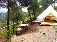Who said camping wasn't comfortable? Sleep under the stars in style with our glamping guide to Catalunya's poshest pitches. Green Mountain, Camping Con Glamour, Camping Europe, Madrid, Hotel World, Cabin Tent, Sleeping Under The Stars, Chula, Oui Oui