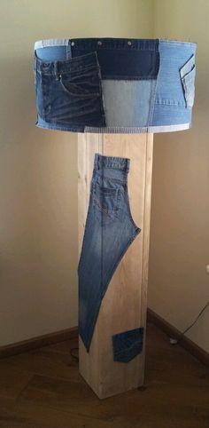 Staande lamp van oude spijkerbroeken en steigerhout, stoere combi.