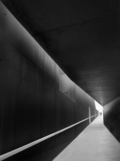 1X - WALKING THROUGH THE HALLWAY by Olavo Azevedo