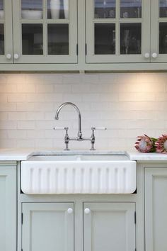 Awesome Update Kitchen Cabinets On A Budget Kitchen Knobs, Kitchen Fixtures, Kitchen Decor, Kitchen Sink, Kitchen Ideas, Kitchen Designs, Updated Kitchen, New Kitchen, Kitchen Things