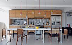 """""""A ideia era projetar um ambiente com jeito informal, para a moradora cozinhar nos fins de semana"""", conta o arquiteto Luciano Della Marta. Ele investiu em elementos bem brasileiros, como os azulejos inspirados nos painéis de Athos Bulcão"""