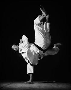 Yves Klein mentre esegue una proiezione di judo, Harai-goshi, nel suo club all'American Student's Center, Paris, 261 boulevard Raspail, 1955 ca Visit http://www.budospace.com/category/judo/ for discount Judo supplies!