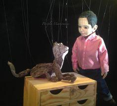 String puppet / Títere de hilo / Marioneta Marioneta basada en un niño real: Alex. 60 cm de altura. Cuerpo articulado completo. Cruceta sencilla horizontal. Mueve la boca. Materiales: Madera (balsa, pasta), cast 300, cuero. Goal: The marionette has to be like a real child, Alex.  24 inch tall. Full articulated. Simple horizontal control. Moves mouth. Materials: Wood (balsa, paste), cast 300, leather. www.titeresymarionetas.com