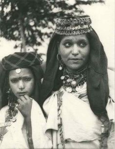 nostalgerie:  Woman from the Dades Valley - Morocco, wearing the traditonal Tasfit crown.