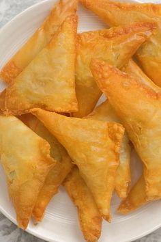 Easy Samosa Recipes, Cheesy Recipes, Samosa Recipe Videos, Amazing Food Videos, Vegetarian Snacks, Diy Food, Indian Food Recipes, Cooking Recipes, Snack Recipes