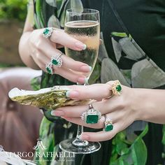 Let's celebrate with @roderyworld  Credit: @gartsevanataliya for www.margoraffaelli.com #margolovesrodery #margolovesemeralds