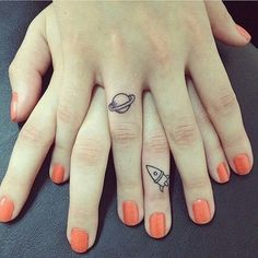 Here are some finger tattoo designs to inspire you, from tiny hearts, geometric shapes and quotes, to celebrity finger tattoos. Finger Tattoo Designs, Tattoo Am Finger, Cute Finger Tattoos, Finger Tats, Ring Finger, Finger Tattoo For Couples, Tattoos For Couples, Tatuajes Tattoos, Sister Tattoos