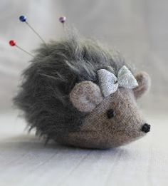 maker*land: Make a hedgehog pincushion - tutorial- Out of old scraps of fur and clothing