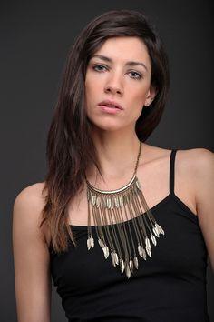 Collar Berenice: Realizado en metal. Cadena con dijes de plumas. Le aportará identidad y estilo a tu look.