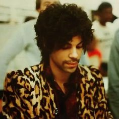 Prince signing autographs at Tower Records in San Francisco, Dirty Mind era. photos: Pauline Graves what a beautiful picture Prince Images, Pictures Of Prince, Prince Of Pop, The Artist Prince, Prince Purple Rain, Young Prince, Roger Nelson, Prince Rogers Nelson, Purple Reign