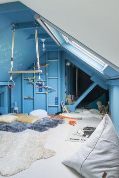 Playing undisturbed in the play loft vtwonen - children& room in the attic with soft carpets, bean bags, gym mats and gymnastics sticks - Attic Renovation, Attic Remodel, Escape Space, Loft Cafe, Sleeping Loft, Bedroom Green, Cafe Interior, Interior Design, Kids Bedroom