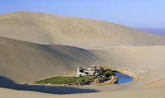 Oasis del lago de Media Luna - Desierto de Gobi, China. Se encuentra al oeste del país, en un antiguo pueblo al que se puede llegar mediante la Ruta de la Seda.