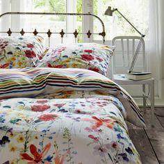 Eine Blumenwiese in schönsten Farben und ein buntes Streifendesign zieren die beiden Seiten der Bettwäsche Julie von Vanezza. So werden die nächtlichen Stunden zu einem Genuss.   Zum Produkt: http://www.bettwaren-shop.de/Bettwaesche/Dream-Magazine/Vanezza-Mako-Satin-Bettwaesche-Julie.html