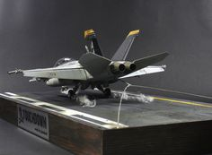 Touchdown // F/A - 18 F Super Hornet // Scale 1:32 Jet Fighter Pilot, Fighter Jets, Navy Aircraft, Military Aircraft, Scale Models, Diorama Militar, Modeling Techniques, Military Modelling, Military Diorama