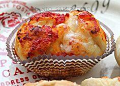 I muffin pizza sono delle pizzette ripiene di tutto quello che più ci aggrada. Apprezzati dai bambini per la curiosità che suscita il ripieno a sorpresa.