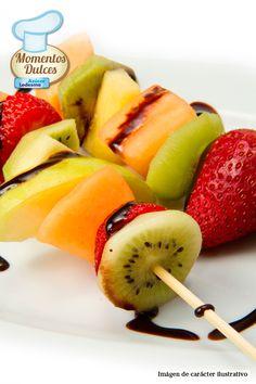 ¡Festejemos el comienzo de la primavera con un postre rico y saludable! Brochette de frutas en almíbar c/ rulos de chocolate.