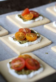 A variation to my tarts- this is goats cheese and pesto under the tomatoes. Add basil leaves to decorate. Salty Foods, Salty Snacks, I Love Food, Good Food, Yummy Food, Snack Recipes, Dessert Recipes, Cooking Recipes, Savoury Baking