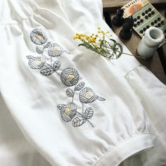 """1,108 Me gusta, 12 comentarios - annas/アンナス (@annastwutea) en Instagram: """"『ワードローブを彩るannasの刺繍教室』高橋書店 の中から今日は、一章の野バラのブラウス。 袖に刺繍しています。 一章は、ステッチひとつ、もしくは2つでできる刺繍図案を載せました。…"""""""
