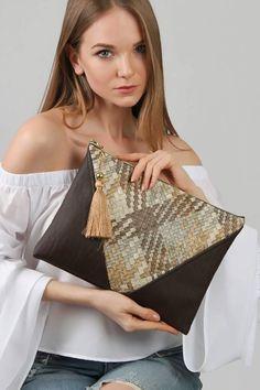 Embroidery Bag Pattern Handbags Ideas For 2019 Diy Clutch, Handmade Clutch, Leather Bags Handmade, Clutch Bag, Envelope Clutch, Denim Tote Bags, Embroidery Bags, Handbag Patterns, Boho Bags