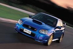 2004 WRX STI Suburu Impreza  J'adore ce vieille voiture bleue.