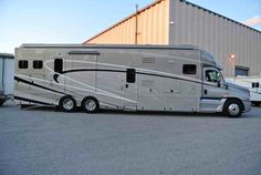 Two Horse Motorcoach is a favorite luxury horse trailer/living combos that Equine Motorcoach offers. Super C Motorhomes, Luxury Motorhomes, Rv Trailers, Horse Trailers, Quito, Super C Rv, Horse Transport, Motorhome Conversions, Big Rig Trucks