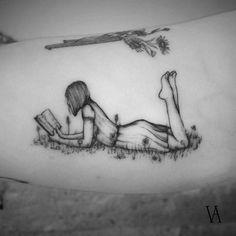 Tatuaje de una mujer leyendo en el interior del brazo. Artista Tatuador: Violeta Arús