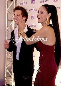 """#0193 : [b]Junior e Sônia Braga... Os dois apresentaram juntos o prêmio de melhor clipe internacional... Junior não apenas apresentou o prêmio de melhor clipe internacional no VMB 2003, como também ganhou um beijo na boca de Sônia Braga, sua """"colega"""" de apresentação. Antes de anunciarem os concorrentes da categoria vencida pelo Linkin Park, Junior e Sônia Braga comentaram o quanto """"beijo na boca gera polêmica"""". E prometeram que dariam um beijo depois de apresentarem os can..."""