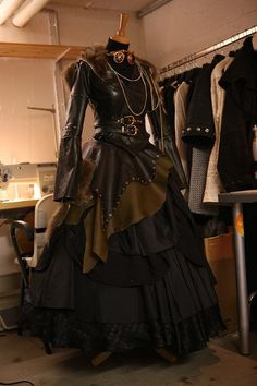 construct a steampunk outfit Costume Steampunk, Mode Steampunk, Steampunk Couture, Steampunk Dress, Gothic Steampunk, Steampunk Clothing, Steampunk Fashion, Victorian Fashion, Gothic Fashion