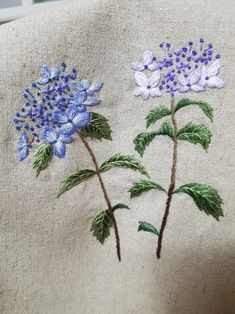 hand embroidery stitches tutorial step by step Cushion Embroidery, Floral Embroidery Patterns, Embroidery Stitches Tutorial, Embroidery Flowers Pattern, Japanese Embroidery, Silk Ribbon Embroidery, Crewel Embroidery, Hand Embroidery Designs, Embroidery Thread