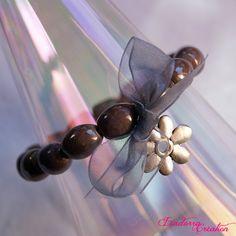 Bracelet fantaisie composé de perles de verre indiennes artisanales violines d'une breloque et d'un noeud en organsa. Bracelet romantique Pearl Earrings, Pearls, Bracelets, Jewelry, Glass Beads, Jewelry Designer, Hair Bow, Romantic, Pearl Studs