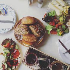 Ich liebe Frühstück. Für mich ist es tatsächlich nicht ohne Grund die wichtigste Mahlzeit am Tage. Ein feines Tellerchen voll am Morgen versüßt den Start in den Tag, liefert Energie und verhilft zu…