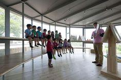 A escola infantil Fuji Kindergarten, localizada em Tachikawa, no Japão, foi construída como um anel em torno de uma árvore histórica. A construção de vidro