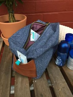 Knitting Patterns Men Before someone accuses me of exclusion or sexism: The wash bag is, if you have pink fabric . Cool Diy Projects, Sewing Projects, Knitting Patterns, Sewing Patterns, Diy Accessoires, Diy Couture, Creation Couture, Wash Bags, Pink Fabric
