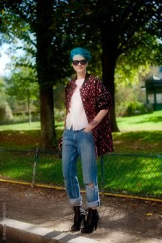 Blue hair! Love the printed coat with the relaxed boyfriend jeans and lace-up booties