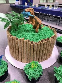 Jurassic World Cake Jurassic Park Party, Jurassic World Cake, Dinosaur Birthday Cakes, 4th Birthday Cakes, Boy Birthday, Dinosaur Cakes For Boys, Birthday Ideas, Dinosaur Cupcakes, Dinosaur Dinosaur