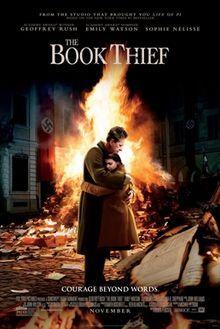 Bir erkeğin kucakladığı küçük kız çocuğu ve ön ve arkalarında yanan kitaplar bulunuyor.