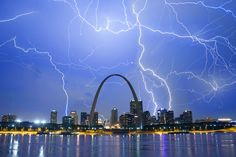 Photo of lightning bolts over the Gateway Arch and downtown St. Louis, MO during a nighttime storm. Tornados, Thunderstorms, Lightning Photography, Scenic Photography, Photography Tips, Storm Photography, Strange Weather, Extreme Weather, Saint Louis Arch