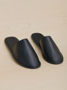 Mens Slippers - Ways To Successfully Owning Many Great Shoes Leather Slippers For Men, Mens Slippers, Fashion Slippers, Fashion Shoes, Leather Office Bags, Leather Bags Handmade, Childrens Shoes, Loafers Men, Leather Sandals