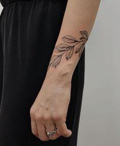 Minimalist Leaf Tattoos Ideas Are A Gift From Nature - Page 25 of 25 - Dazhimen Vine Tattoos, Leaf Tattoos, Body Art Tattoos, Sleeve Tattoos, Tatoos, Pretty Tattoos, Beautiful Tattoos, Cool Tattoos, Little Tattoos
