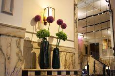 Schwarze Glasvasen mit Hortensie und Zierlauch vor Marmor im Hotel Reichshof Hamburg, Foto Birgit Puck