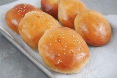 Buns ou la recette parfaite du pain à burger. Pour faire un bon burger, il faut surtout un bon pain (bun) moelleux et légèrement brioché. Une fois que vous y aurez gouté, vous ne pourrez plus jamais apprécier un pain Harris! Attention, je vous aurais prévenu…