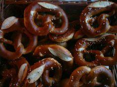 Testée et approuvée - Bretzels salés - Trop bons ! J'ai aussi utilisé cette recette pour faire des petits pains à sandwich pour un pique-nique.